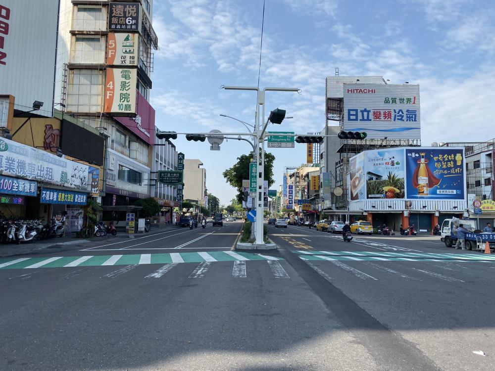 嘉義市政府陸續在各大路口設置共桿,卻被網友誤傳有越線照相功能。圖/嘉義市府提供
