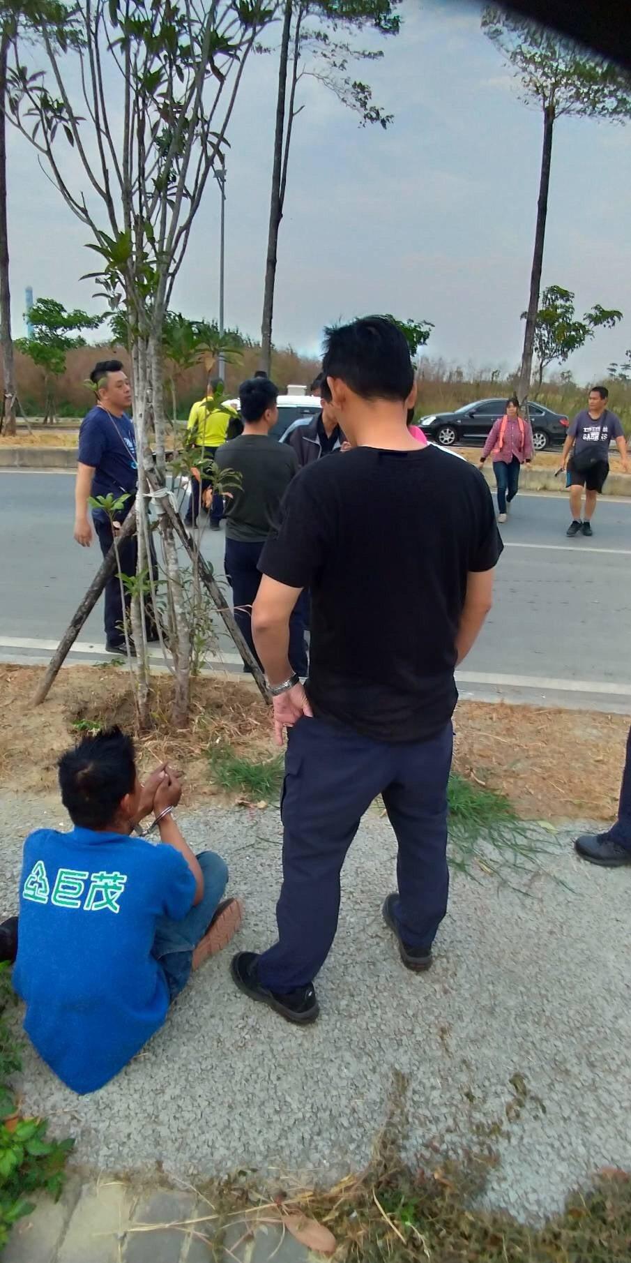 嘉義縣警方日前到馬稠後工業區,逮捕非法仲介阮女及4名逃逸移工。記者卜敏正/翻攝