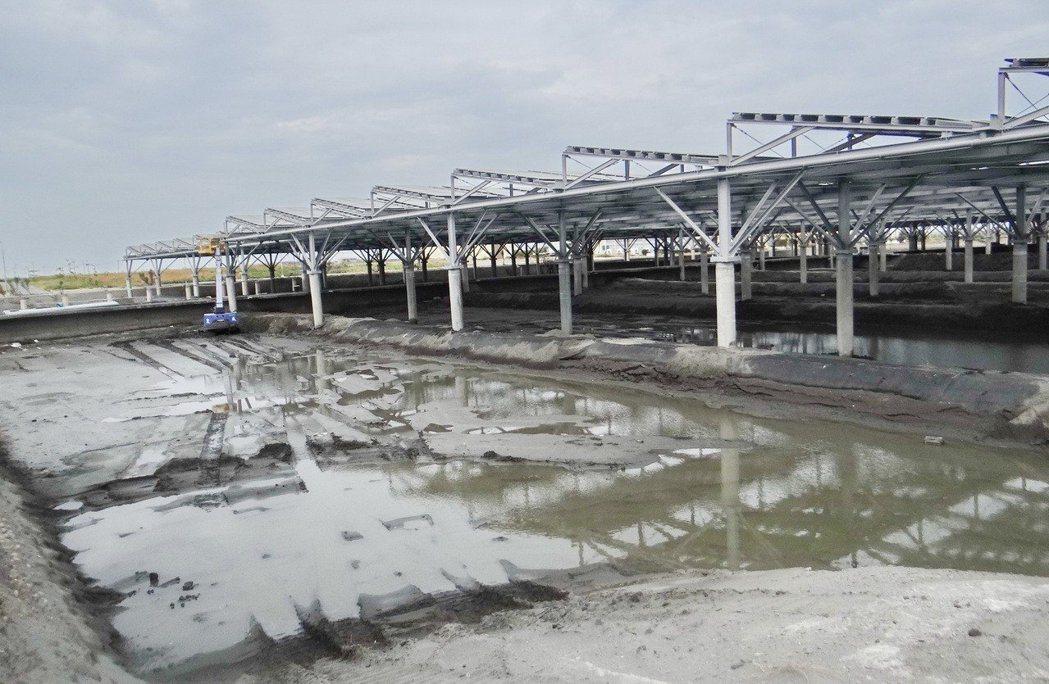 台西養殖區原計畫要開發為綠能專區,在魚塭種電但如今開發方向變動,引發地方議論。圖...