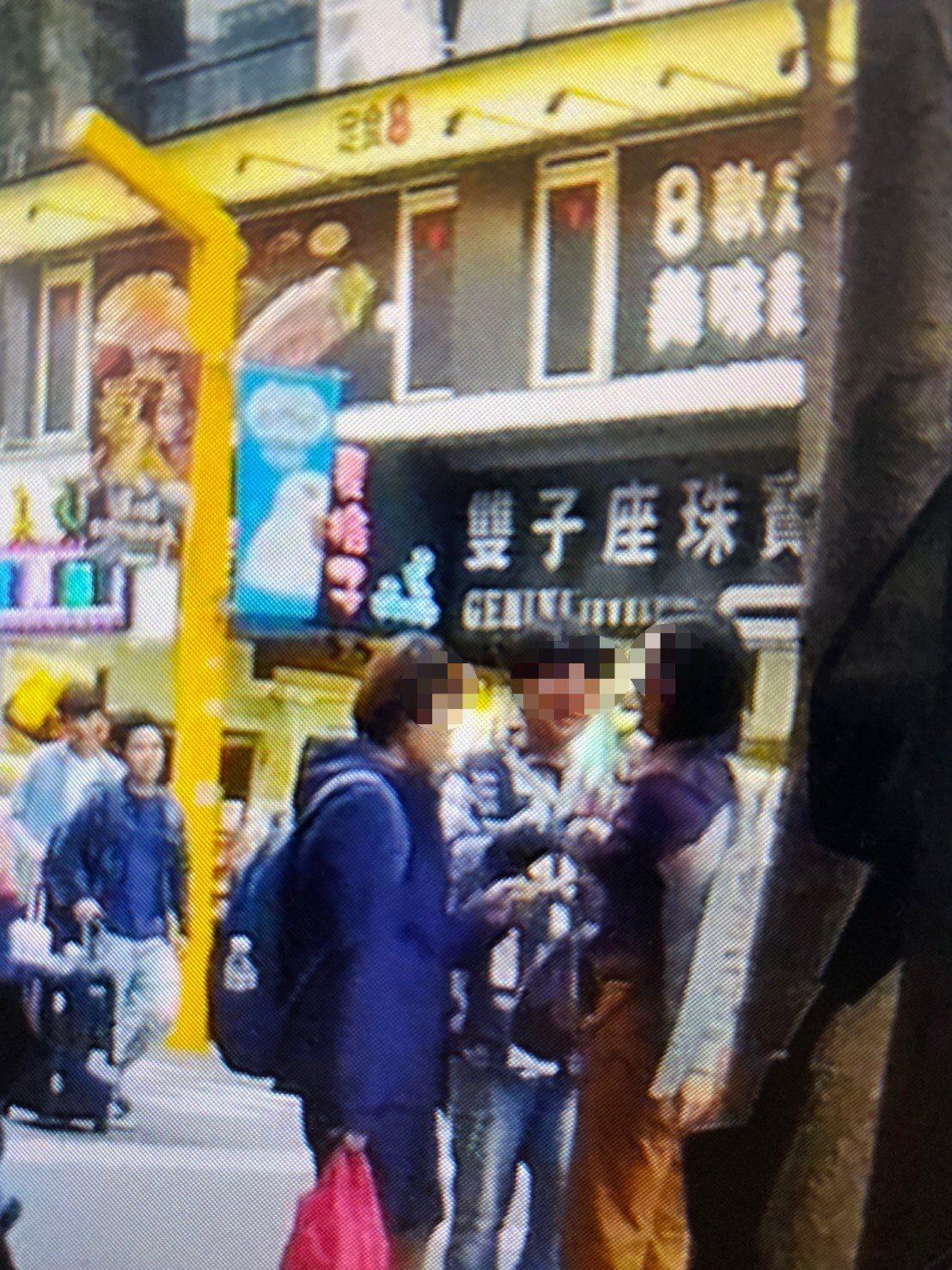 21歲的陳男昨天下午在西門町商圈中隨機找路人兜售商品。記者李隆揆/翻攝