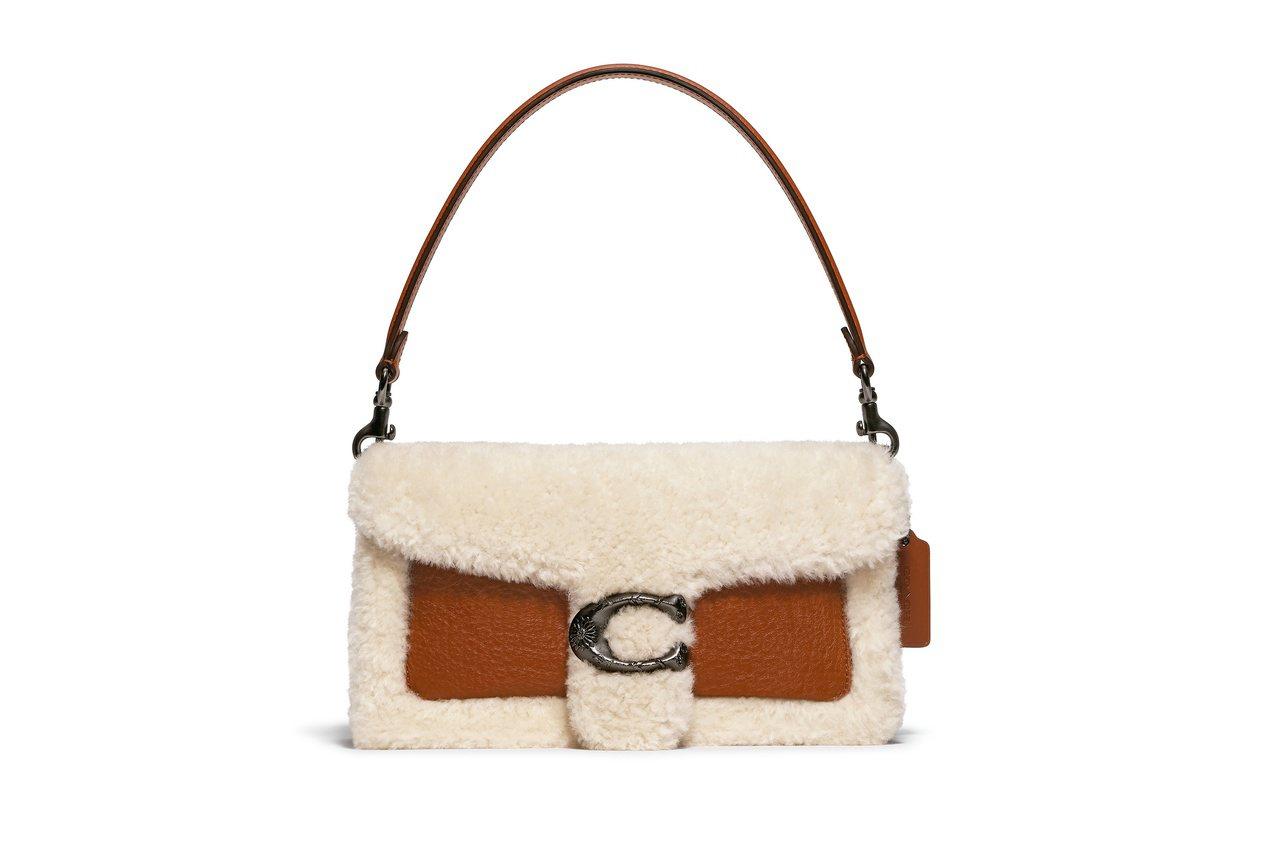 Tabby翻毛款式手袋,售價25,800元。圖/COACH提供