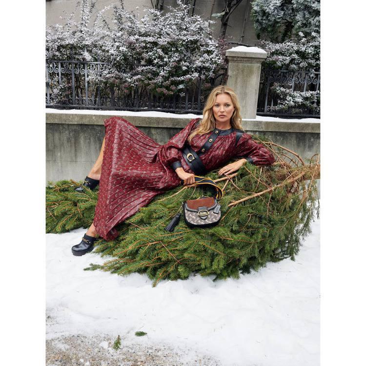 凱特摩絲演繹COACH的Holiday系列形象片。圖/COACH提供