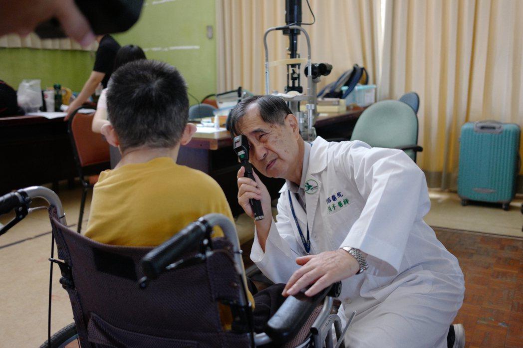 花蓮門諾醫院眼科醫師許明木下鄉重點放在弱勢族群及特教學校,幫助更多人「打開眼界」...