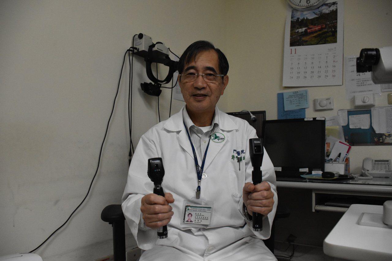 花蓮門諾醫院副院長、眼科醫師許明木只要有視網膜鏡、眼底鏡,一照受測者眼睛,就可大...