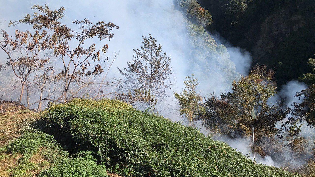 南投仁愛鄉平靜部落附近山坡地發生火燒山,現場火勢範圍大,目前已申請直升機前往搶救...