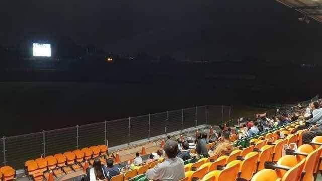 台南市政府在市立體育場轉播12強球賽,因螢幕太小被譏為看球賽像視力測驗。圖/取自網路