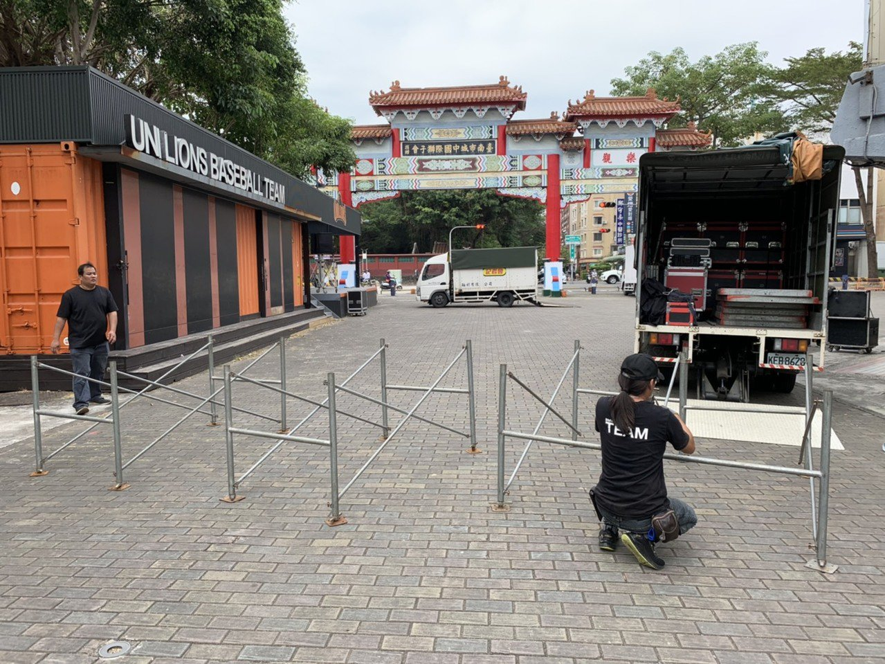 台南市教育局今天緊急在市立棒球場前廣場架設螢幕,讓球迷收看球賽轉播。圖/教育局提...