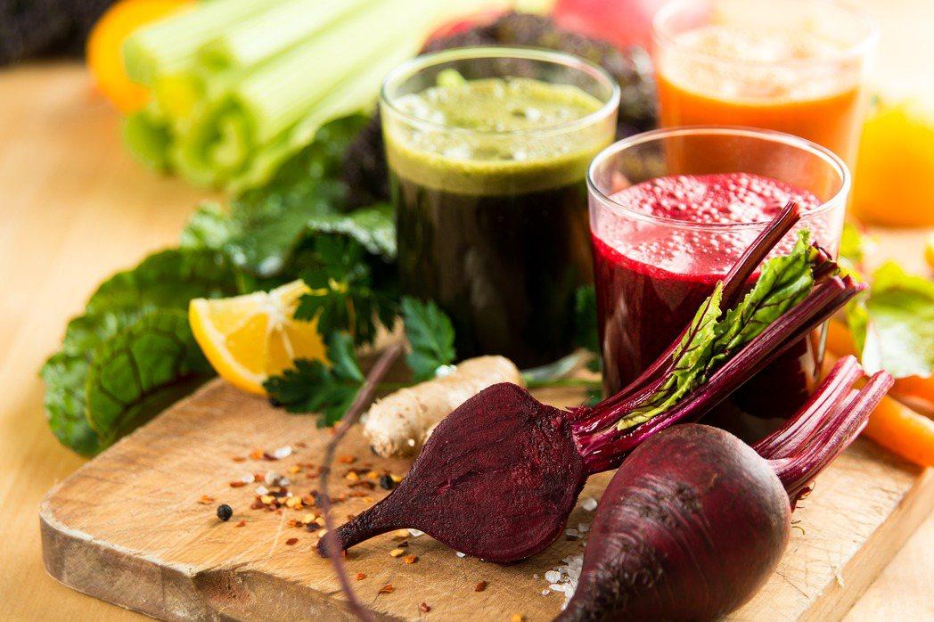 近年好萊塢明星很夯的果汁斷食排毒法,但營養師提醒,一味模仿名人使用的蔬果斷食方法...