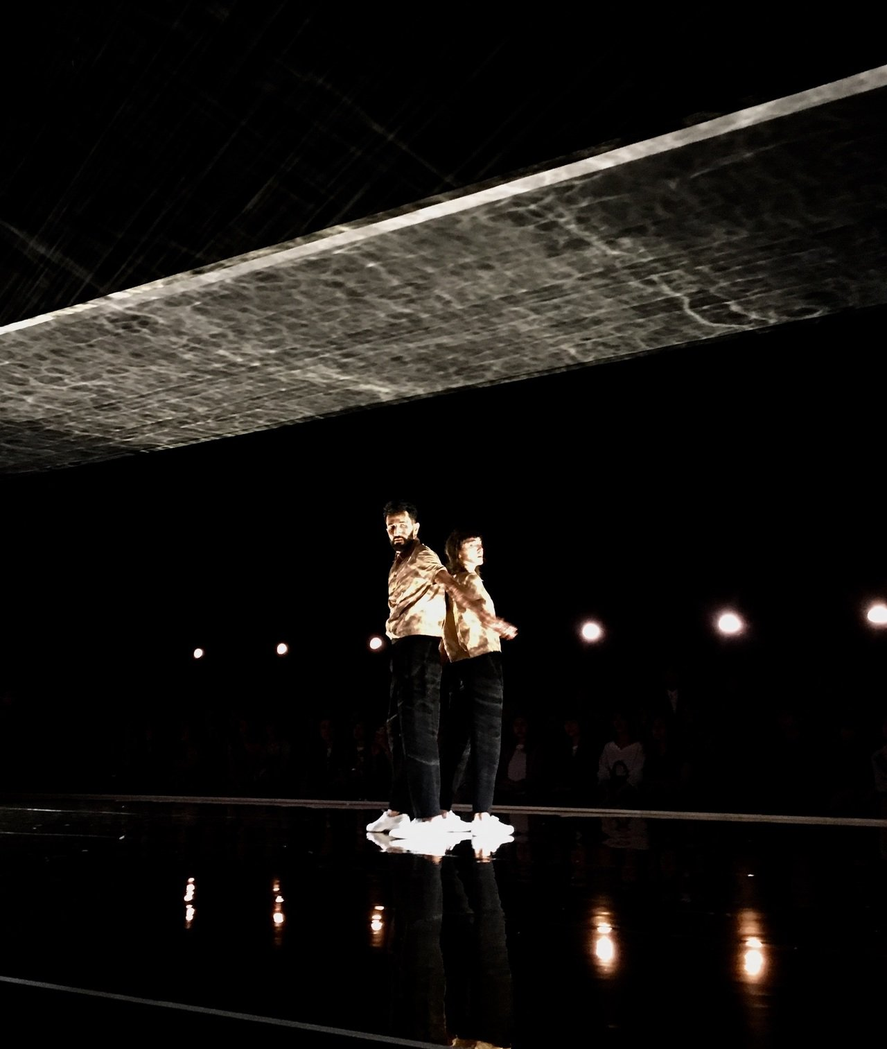 兩位主要舞者以肢體表現出互相糾纏、連結又分開的舞碼,象徵「流光鏈影」系列鏈飾的特...