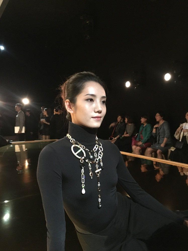 愛馬仕在開展活動上特別讓舞者配戴「流光鏈影」系列珠寶。記者吳曉涵/攝影