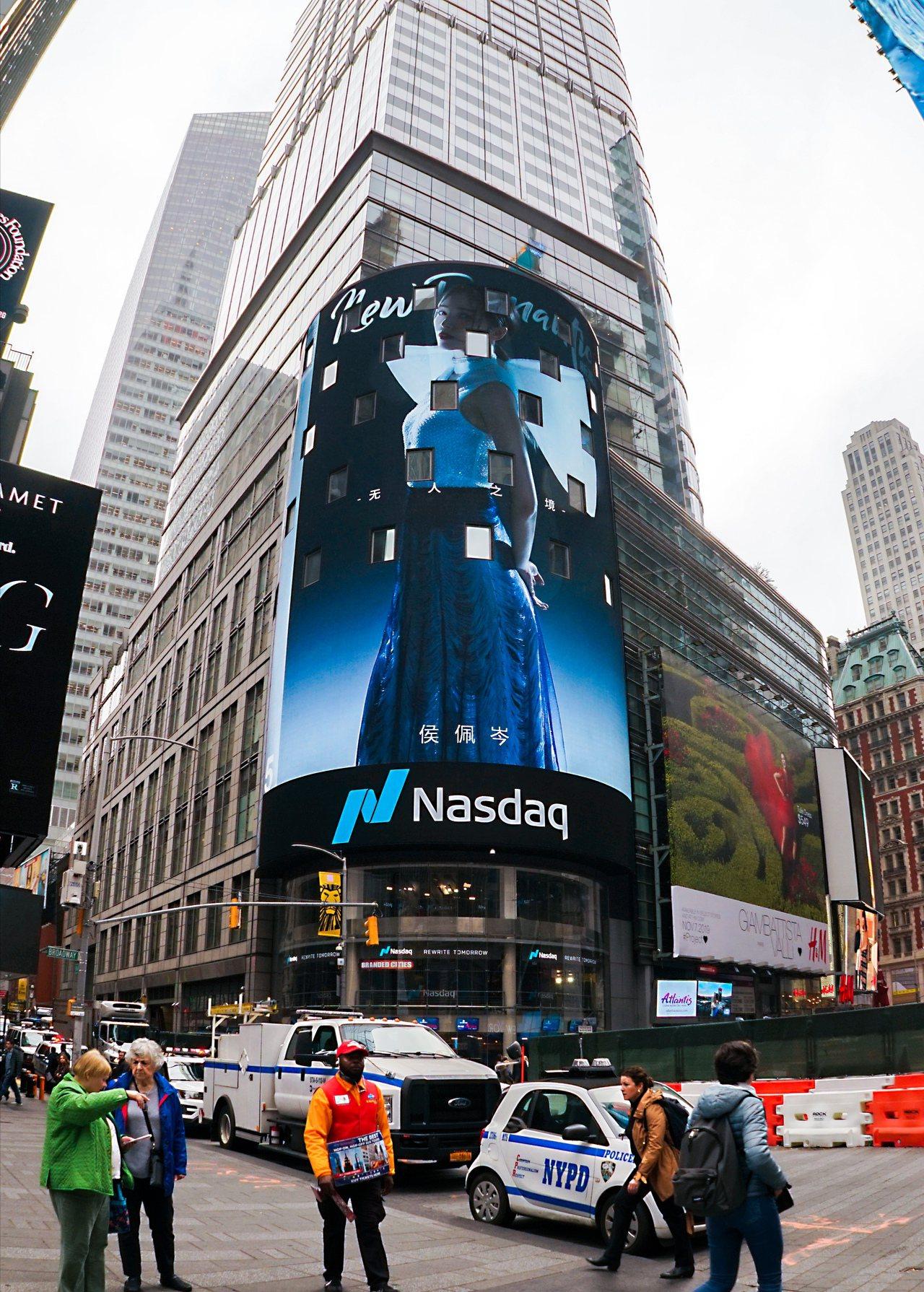 侯佩岑以新漫潮雜誌封面登上紐約時代廣場的電子看板。圖/福隆經紀製作公司提供