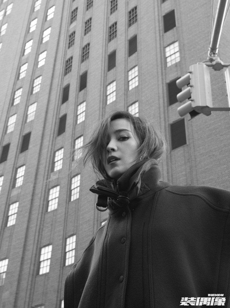侯佩岑在紐約拍攝的照片演繹Stella McCartney夾克、Chloé耳飾。...