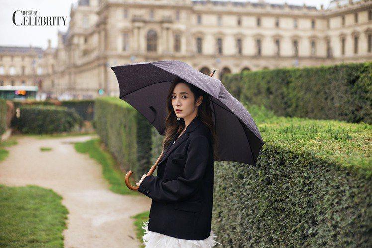 侯佩岑在巴黎的微雨中身穿著Ms MIN的西裝外套搭配Alice + Olivia...