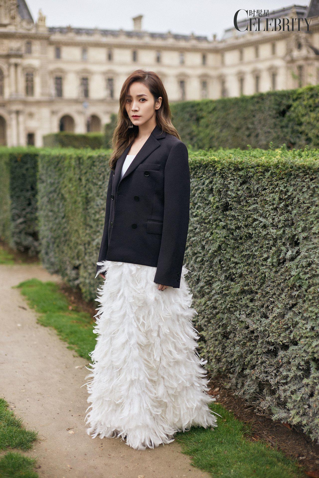 侯佩岑詮釋Ms MIN的西裝外套、Alice + Olivia羽飾長裙。圖/福隆...