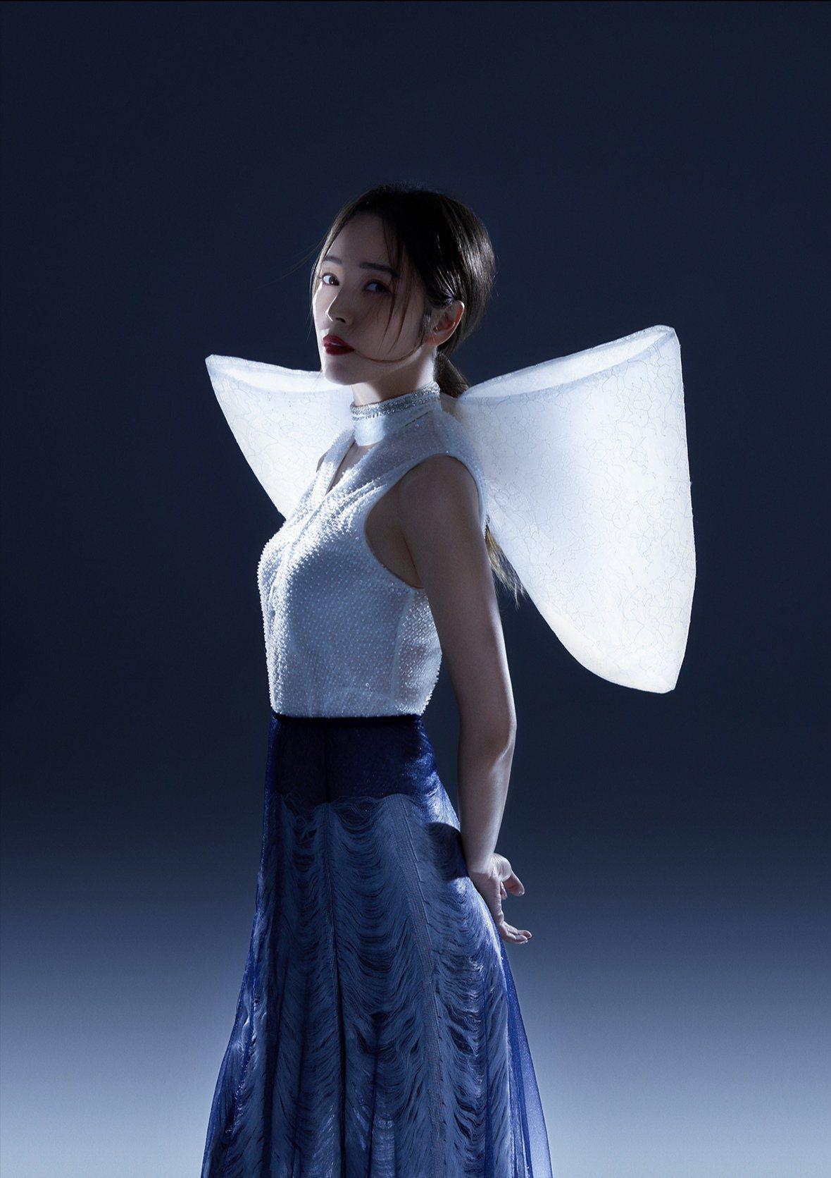 侯佩岑在拍攝大陸新漫潮雜誌時身穿夏姿SHIATZY CHEN的白色上衣。圖/福隆...