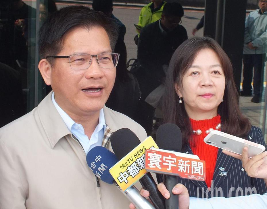 交通部長林佳龍(左)對於外傳他基於選舉考量釋放大利多澄清,地方建設不分黨派、中央地方合作,交通部全力支持,請大家用平常心來看待。記者趙容萱/攝影