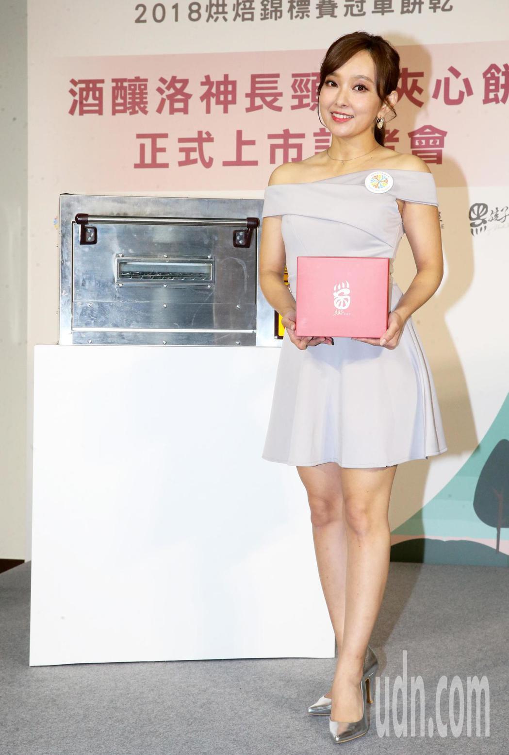 藝人愛紗今天出席「酒釀洛神長頸鹿夾心餅」冠軍餅乾正式上市記者會,力挺「孩子的書屋...