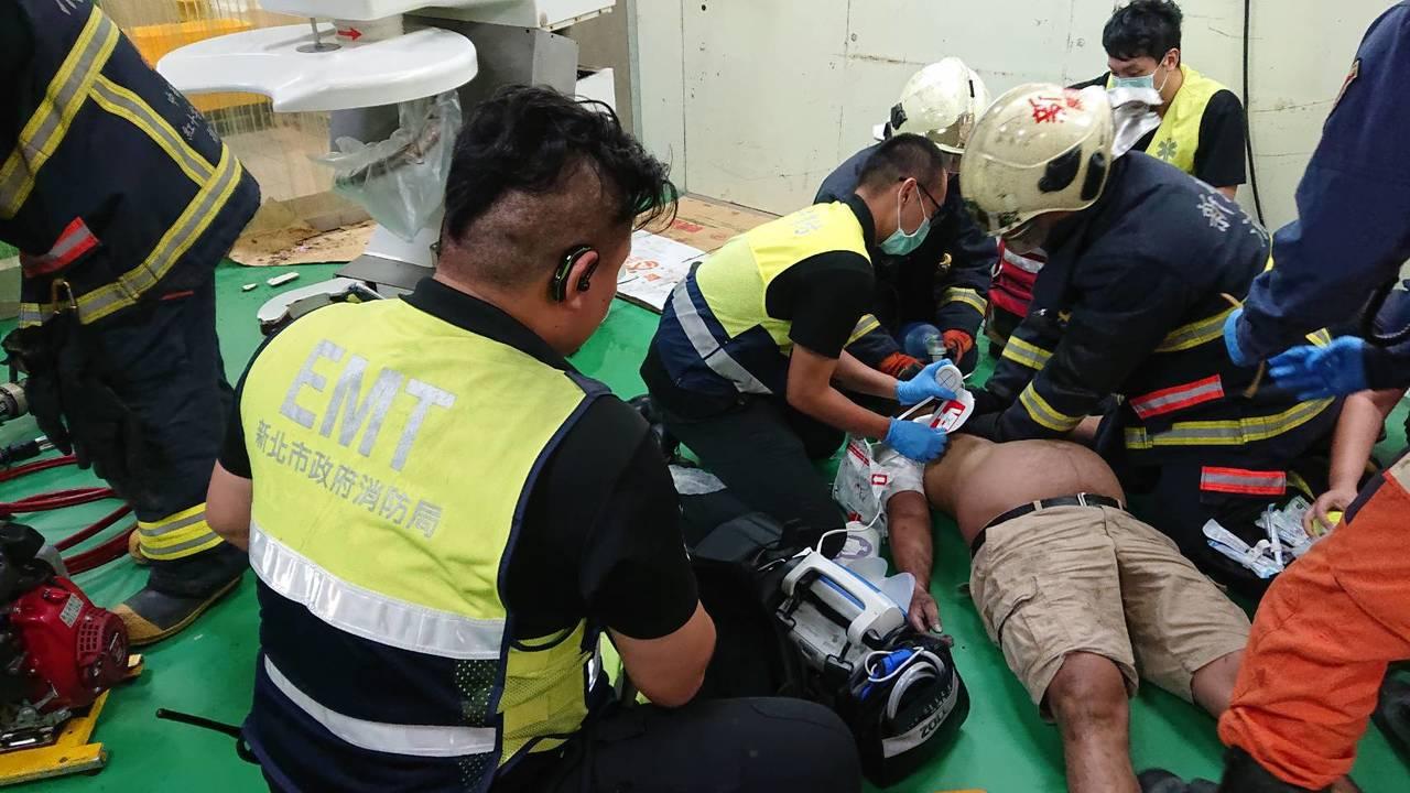 外籍移工將上半身探進攪拌機內修理機台,卻疑因誤觸油壓裝置開關,頸部夾住致失去呼吸...
