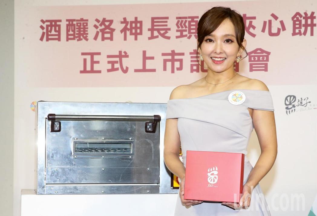 愛紗擔任公益大使,推廣「孩子的書屋」原創餅乾。記者胡經周/攝影