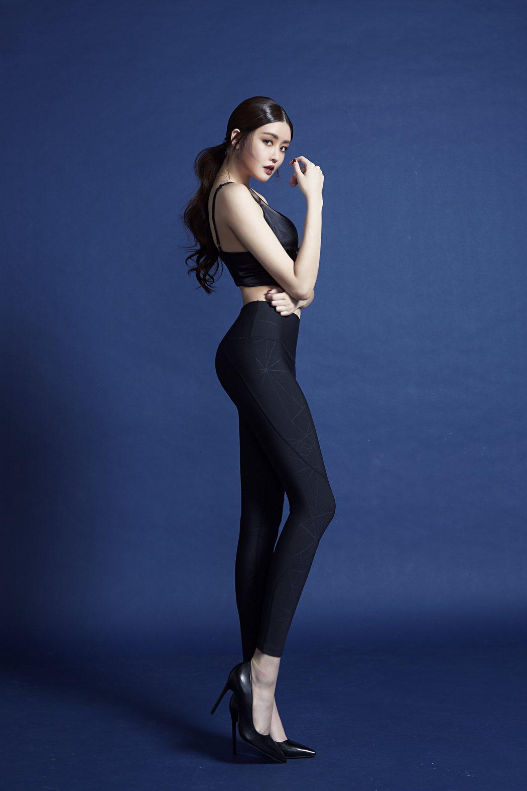 賴琳恩拍攝貼身褲宣傳照,展現甜美和帥氣的性感。圖/伊林提供