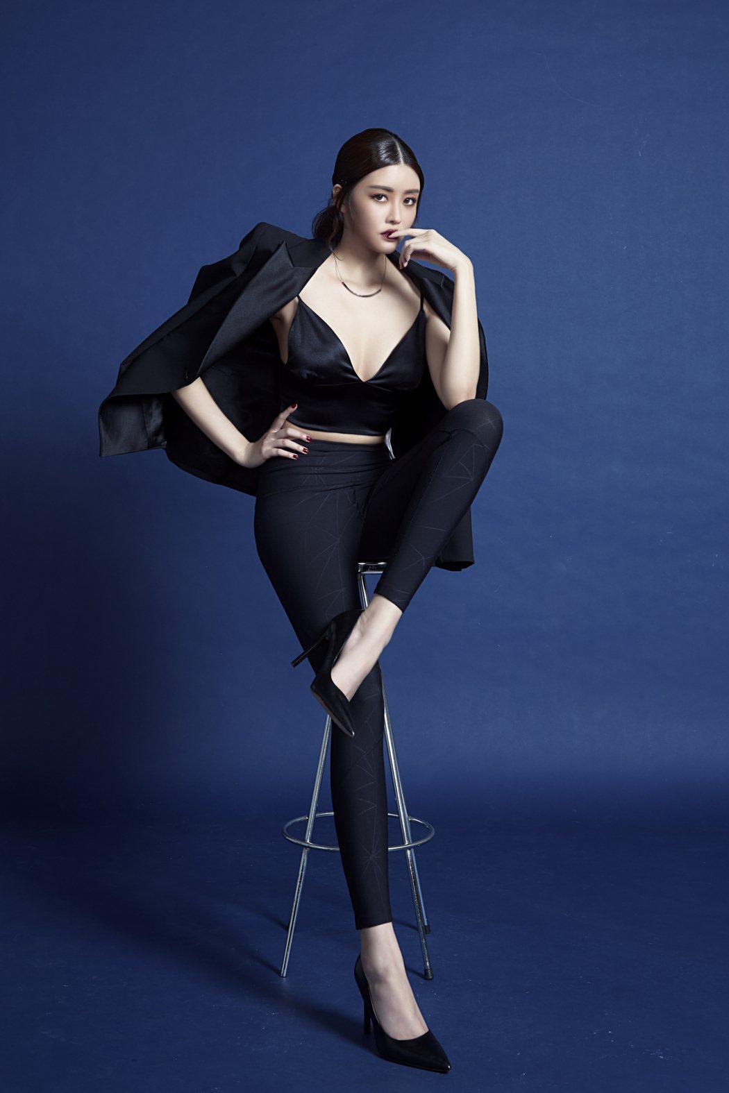 賴琳恩拍攝貼身褲宣傳照,帥氣性感、風情萬種。圖/伊林提供