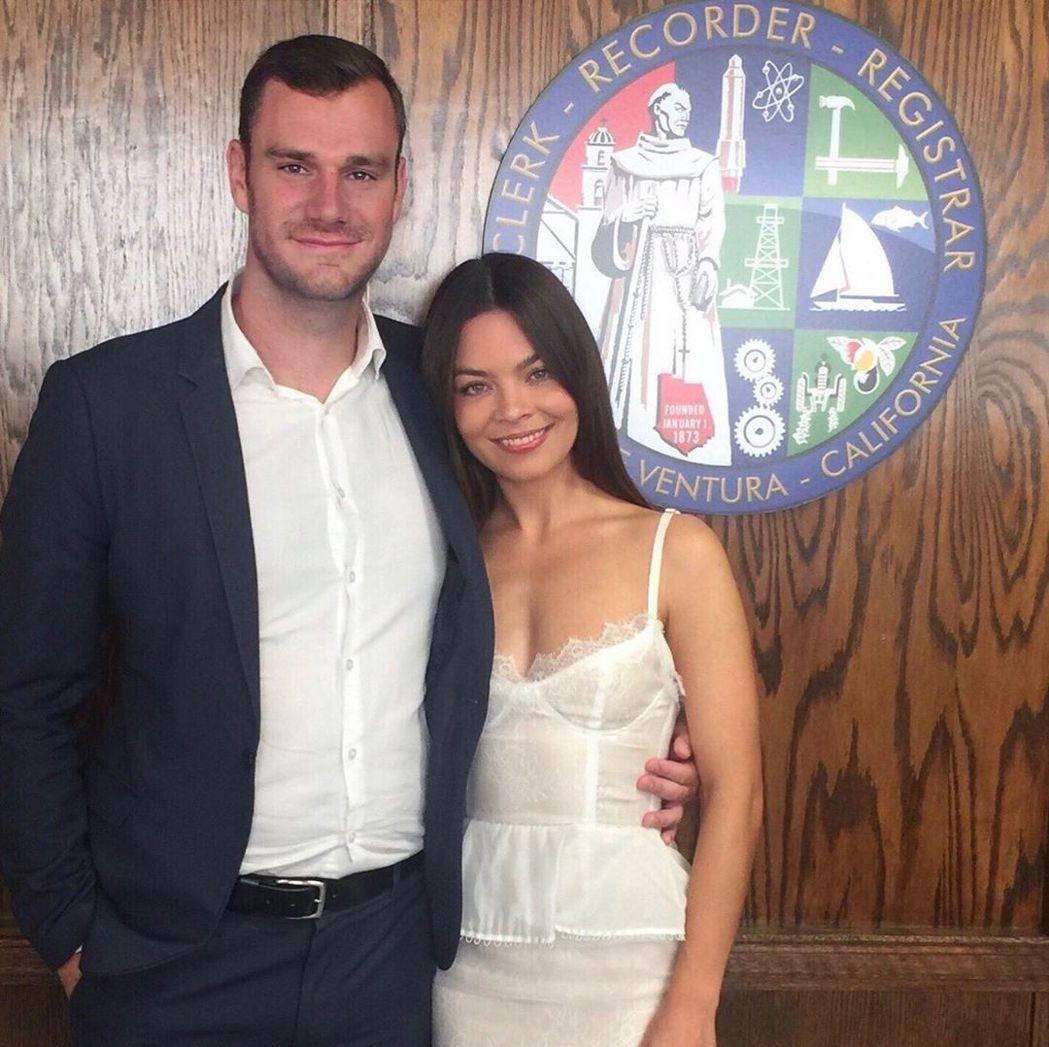 史嘉蕾拜恩(左)與「花花公子」創辦人之子庫柏(左)已結婚。圖/摘自Instagr...
