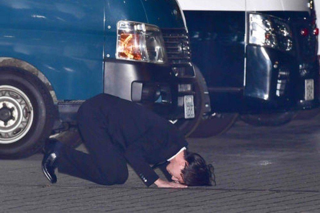 日本男星田口淳之介今年5月因持有大麻被抓,交保後土下座謝罪。圖/摘自日刊體育