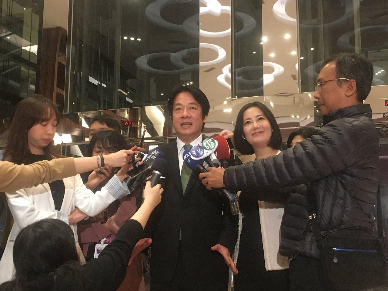 行政院前院長賴清德(中)昨被問到蔡賴配時表示,尊重總統候選人權利,他不敢評論。記...