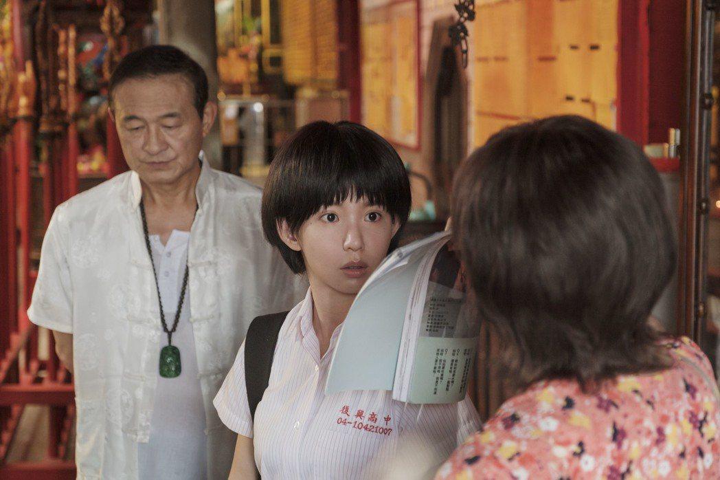 王彩樺(右)因與陳慕義起爭執,拉著郭書瑤往外走。圖/HBO Asia提供