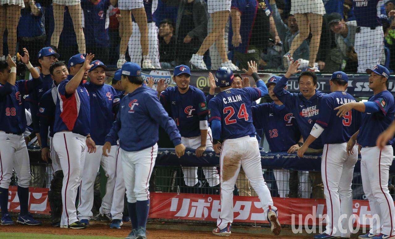 中華隊第八棒林哲瑄七局上半回壘得分後與隊友擊掌。記者黃仲裕/攝影