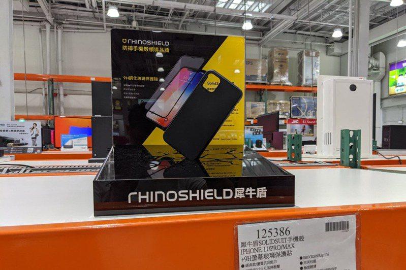 因智慧型手機單價高,多數人會選購螢幕保護貼來保護手機。 聯合報系資料照/記者黃筱晴攝影