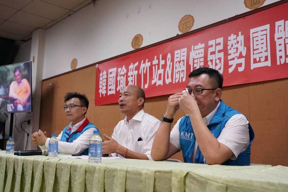 新竹市議會議長許修睿(右)今天在座談會中,提到一名身心障礙者在父母年老時所遭遇到困境,一時悲從中來,哽咽許久,意外成為座談會插曲。圖/新竹市議會提供