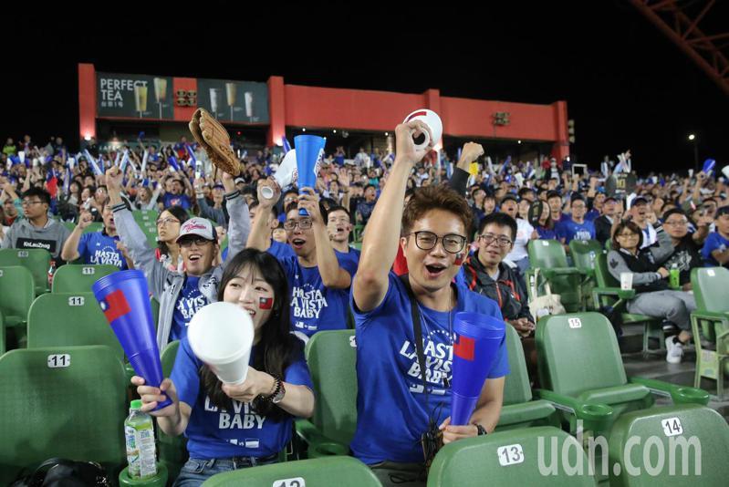 中華隊擊敗委內瑞拉,球迷開心慶祝。記者黃仲裕/攝影