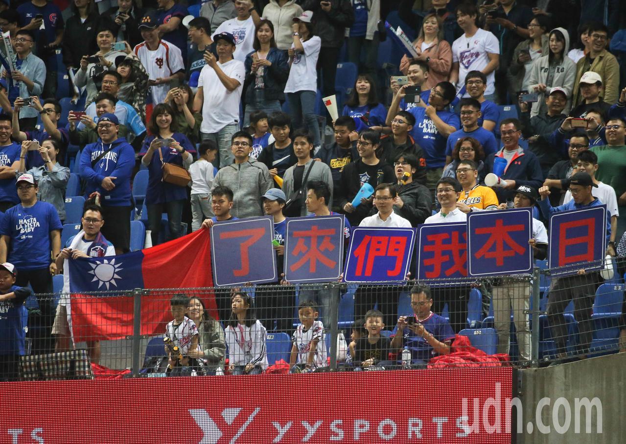 世界12強棒球賽再度上演「中日大戰」,中華隊這回在主場台灣對上日本隊,期待在兩萬...