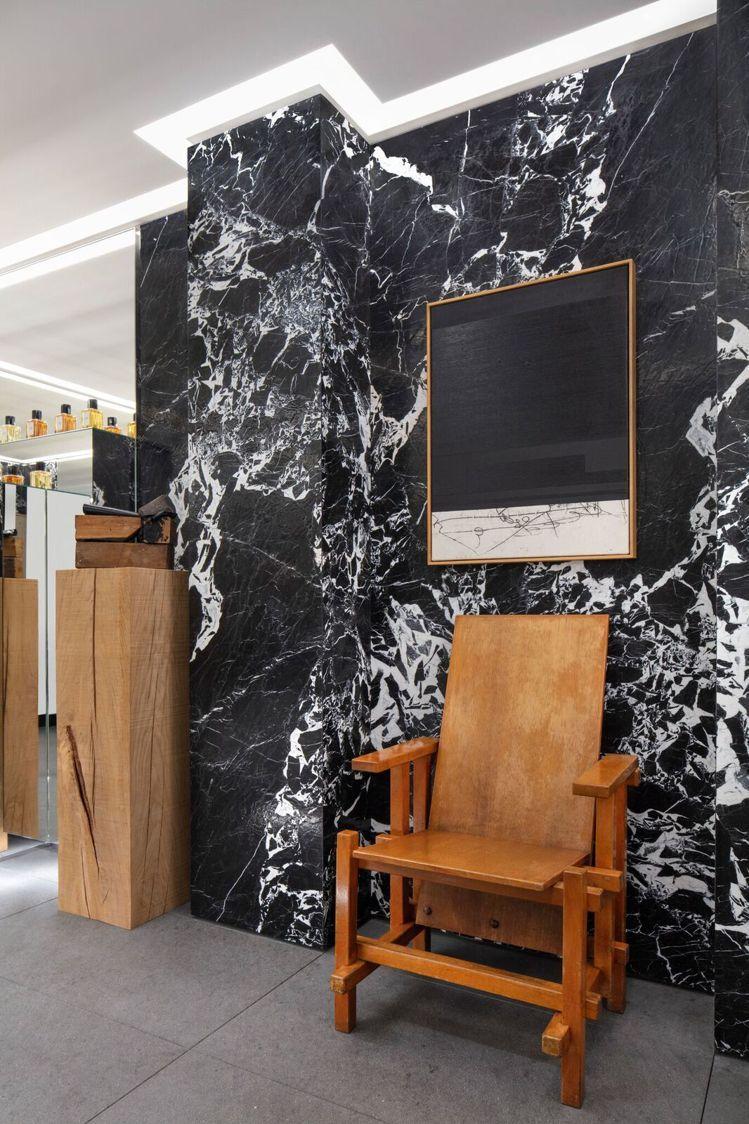 木質藝術作品以及全新MAISON CELINE生活品味家居系列讓空間多了溫度。圖...