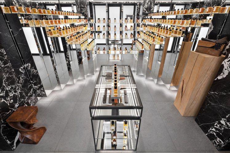 全球首間CELINE高級香水專賣店陳列至今發表的9款CELINE香水。圖/CEL...