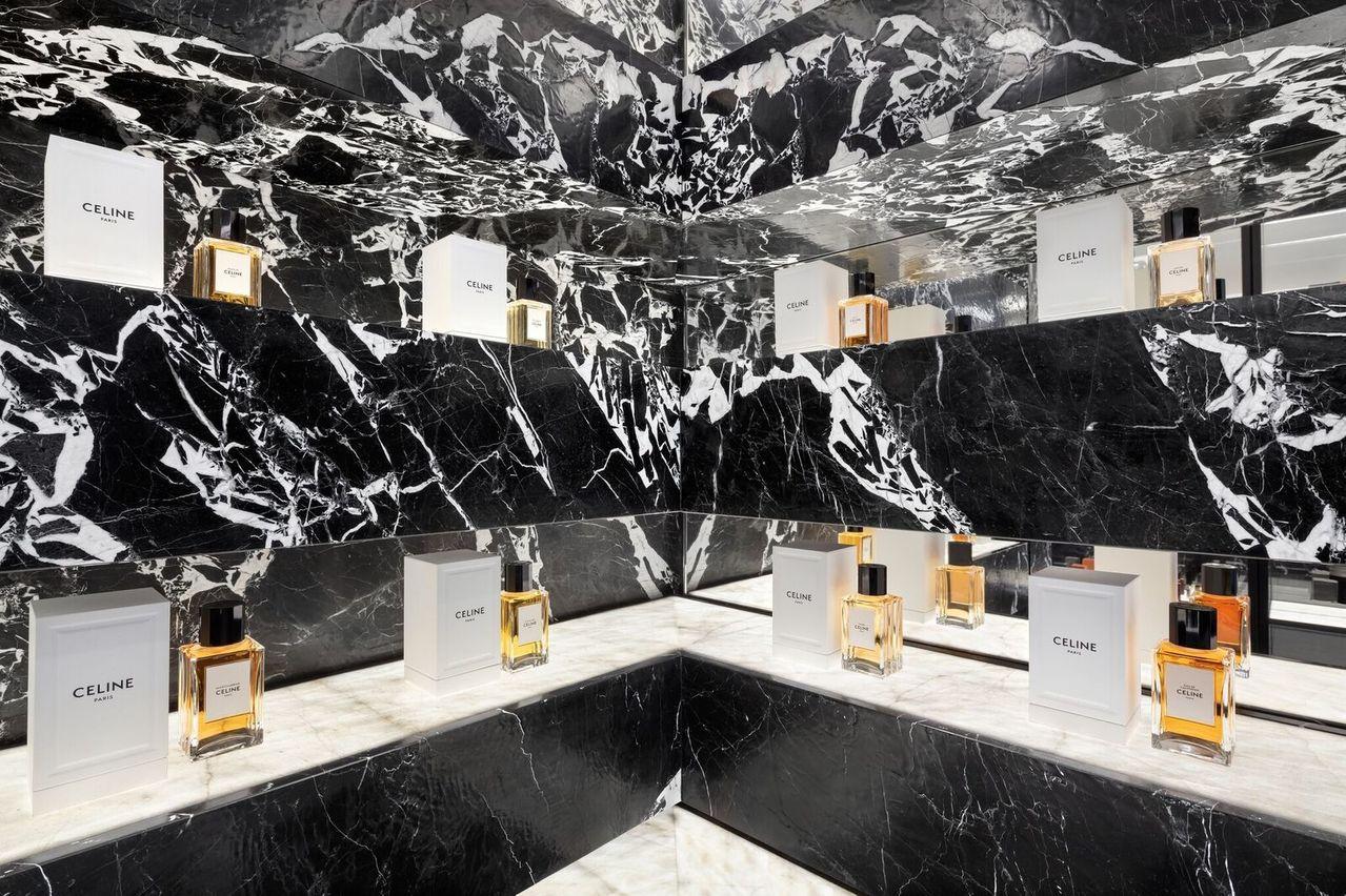 首間「CELINE高級香水專賣店」以白色雪花紋路的黝黑大理石牆面,打造出別具張力...