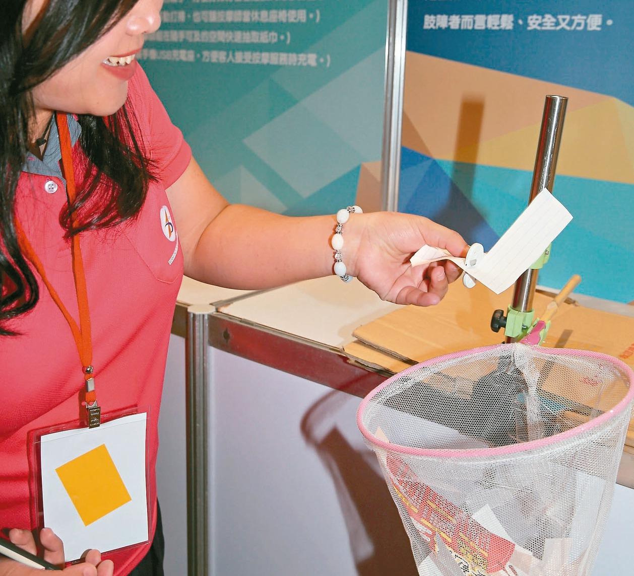 動作障礙設計組第一名「一手包剪」,可剪出任何形狀剪紙。 記者侯永全/攝影