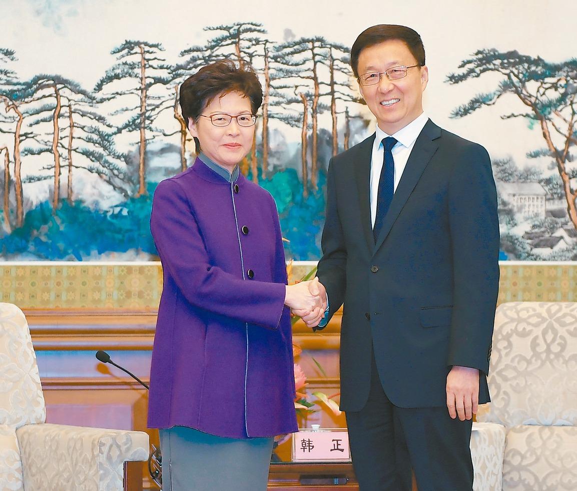 大陸副總理韓正(右)昨在北京會見香港特首林鄭月娥(左),韓正指出,香港當前暴力活...