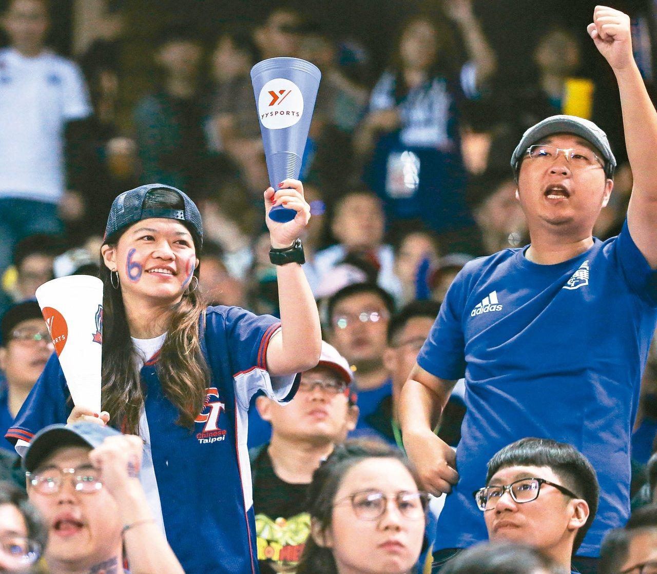 世界十二強棒球賽B組預賽,中華隊出戰委內瑞拉隊,地主球迷在場邊吶喊加油,力挺中華...