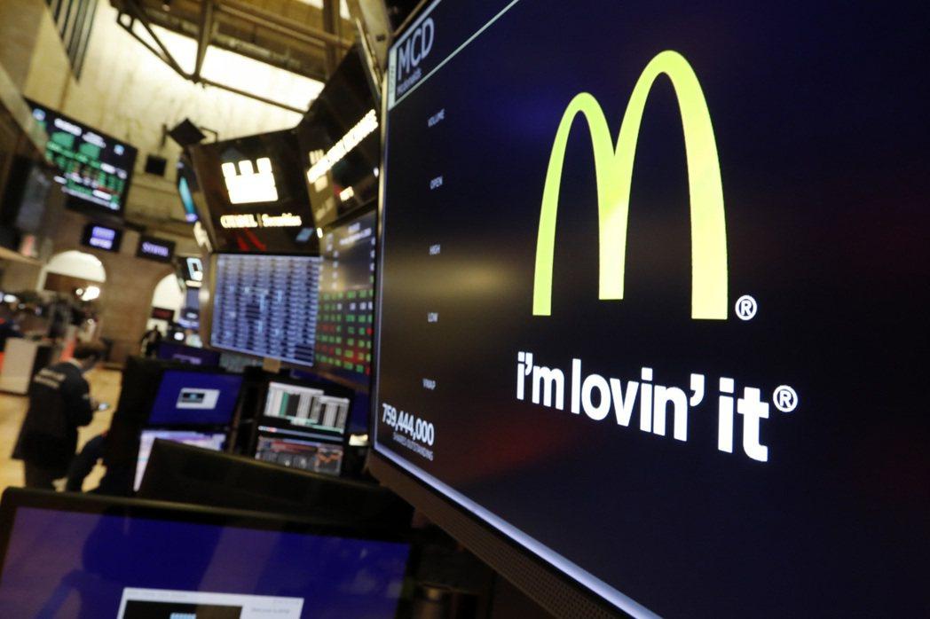 伊斯特布魯克突遭開除,使得麥當勞股價4日收盤挫跌3%。(美聯社)