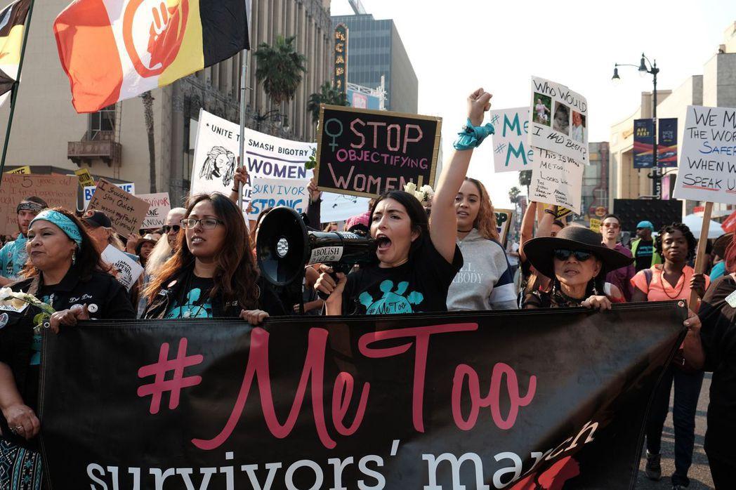 #MeToo女權運動支持者在街頭遊行。這項運動促使一些性騷擾和性侵受害者出面揭發...