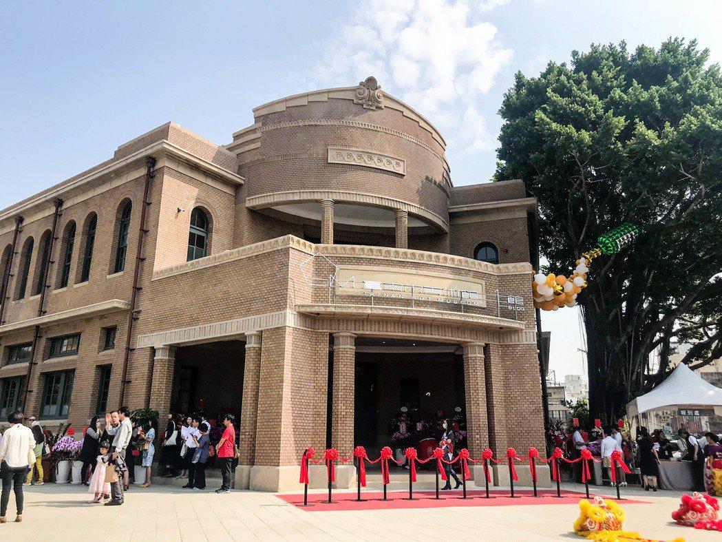 台南市美術館1館外觀恢復原色,在日治時代稱作國防色。記者鄭維真/攝影