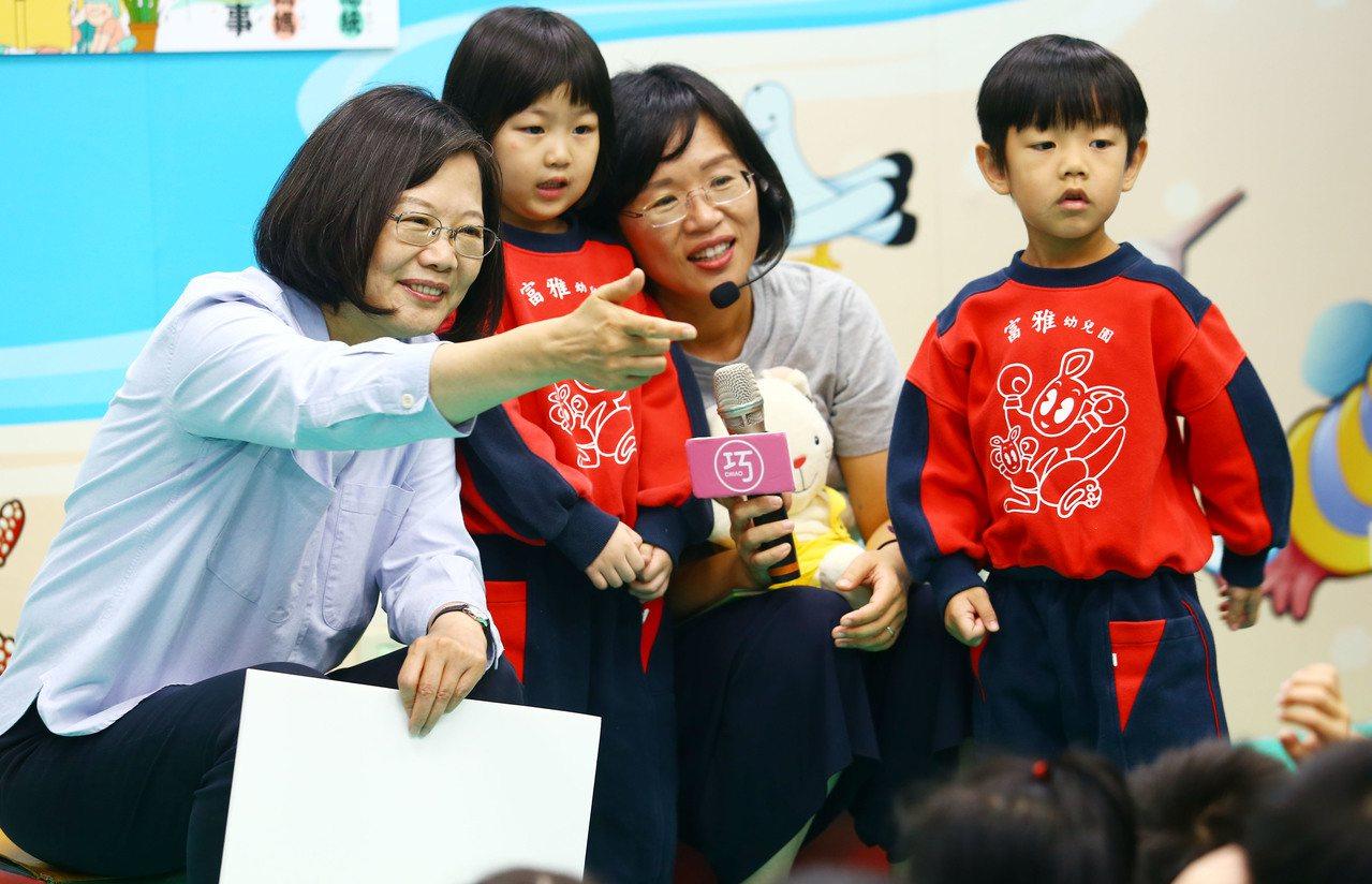 蔡英文總統(左)在立委蘇巧慧(右二)陪同下,前往樹林訪視幼兒園。蔡總統在現場當起...