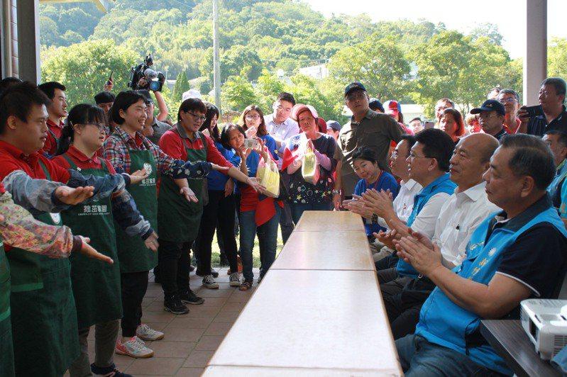 國民黨總統參選人韓國瑜今天前往新竹縣進行傾聽之旅,特別前往拙茁家園耕心園農場,拙茁家園成員在現場表演舞蹈。記者郭政芬/攝影