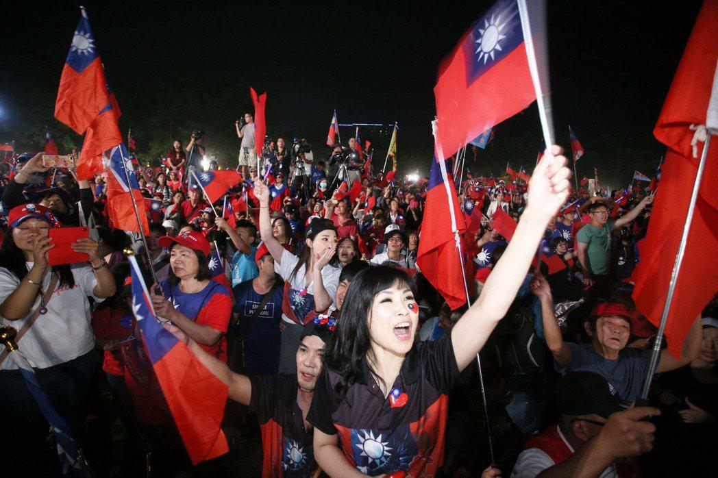 藍綠造勢活動日來頻繁,牽動警方維安敏感神經,圖為國民黨日前在台南水萍溫公園造勢群...