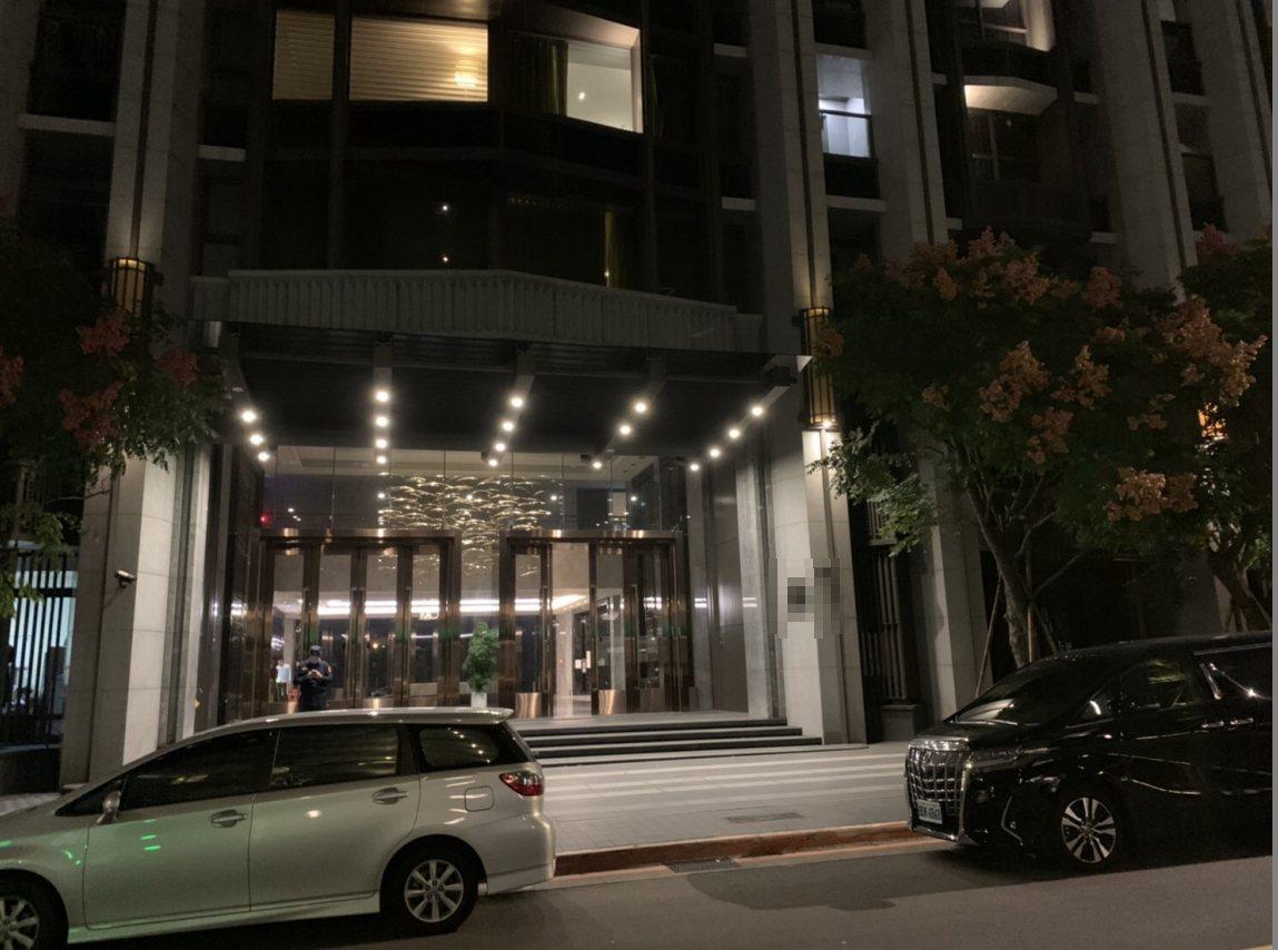 台北市內湖區一棟新建住宅大樓傍晚傳出男子疑舉槍自殺,警方正採證調查。圖/民眾提供