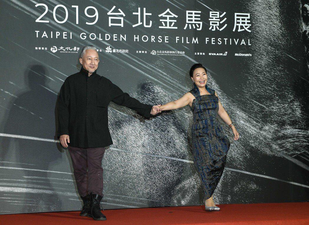 「那個我最親愛的陌生人」呂雪鳳與張曉雄戲裡演夫妻,在金馬開幕活動上也擺出俏皮可愛...