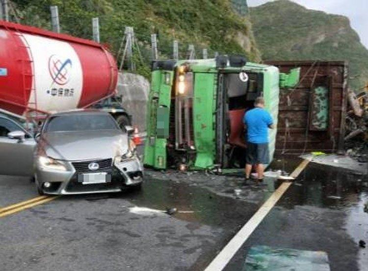 蔡姓男子今天傍晚駕駛大貨車在濱海公路過彎時翻覆,擦撞對向轎車,所幸兩名駕駛都無大...