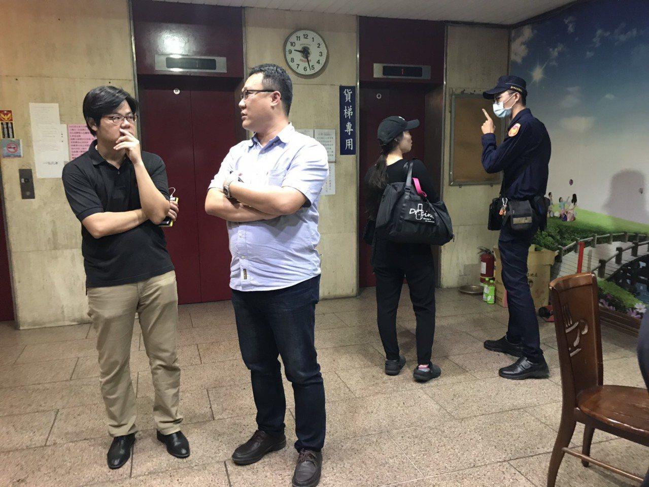 台中市警局第一分局偵查隊隊長卓家興(左二)等人到場會勘,確認遺體為一大兩小。記者...